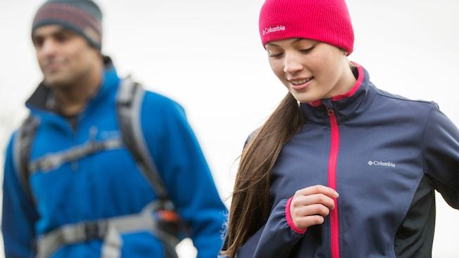 Homem e mulher vestidos com roupas de caminhada para clima frio da Columbia Sportswear
