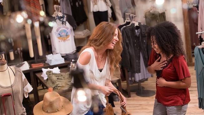 Dos amigas se ríen mientras hacen compras en Free People