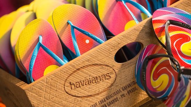 Pilas de vibrantes chanclas en exhibición dentro de una caja en la tienda Havaianas en Disney Springs