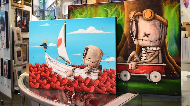 Deux oeuvres d'art sur des toiles par Dianne Romer-Nomiie en exposition à la Pop Gallery