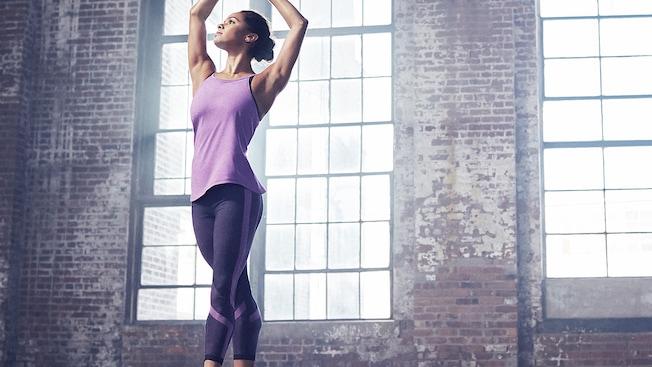 La ballerine MistyCopeland en cinquième position portant une tenue athlétique d'Under Armour