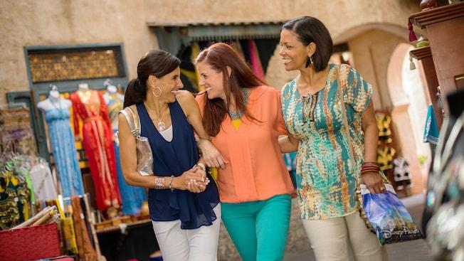 Três visitantes riem juntas ao caminhar pelo Pavilhão do Marrocos, no Epcot
