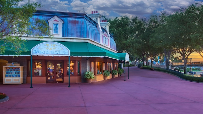 Exterior de la tienda World Traveler en Epcot World Showcase al atardecer