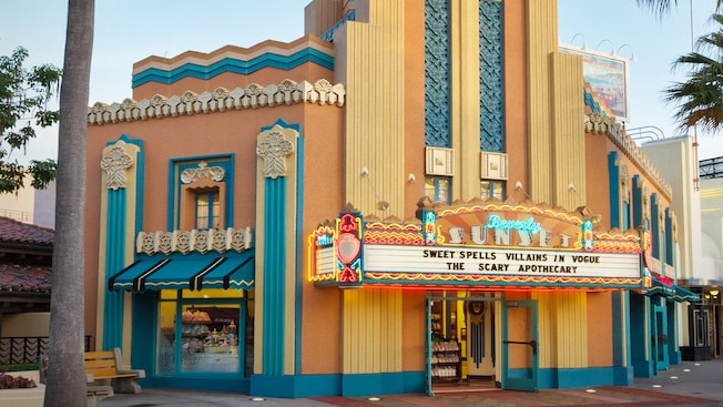 O exterior em forma de teatro do Beverly Sunset Sweet Spells no Disney's Hollywood Studios