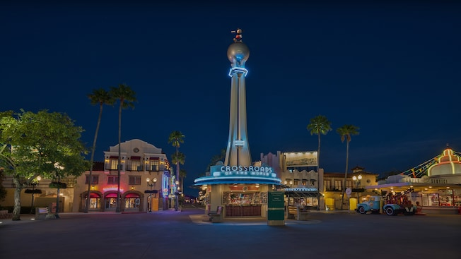 El área de Crossroads of the World en Disney's Hollywood Studios, iluminada por la noche