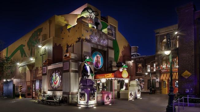 Parte externa da Stage 1 Company Store no Disney's Hollywood Studios à noite