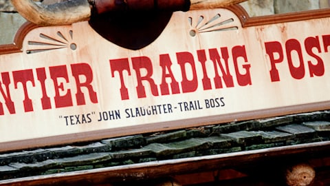 Um close-up do sinal do Frontier Trading Post na Frontierland no Magic Kingdom
