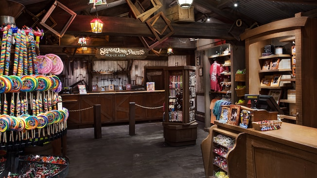 Dulces y otras mercancías dentro de Splash Mountain Shop en el parque temático Magic Kingdom