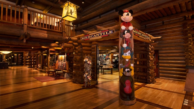 Totem de personagens da Disney na entrada do Wilderness Lodge Mercantile
