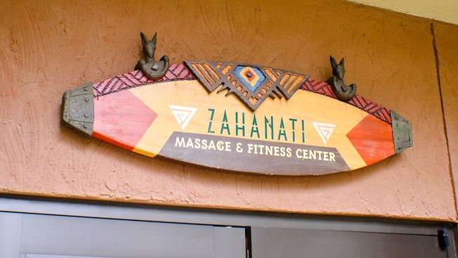 Un panneau surmontant un ensemble de portes indique : Zahanati Massage & Fitness Center