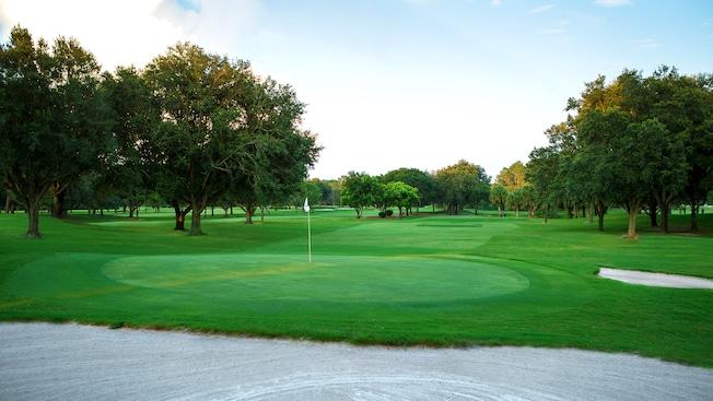 Um buraco perto de um obstáculo de areia ao fim de um fairway no Disney's Oak Trail Golf Course