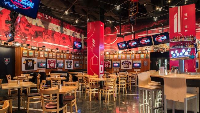 El interior del ESPN Club cuenta con televisores de pantalla plana, mesas, sillas, camisetas enmarcadas, cervezas y más