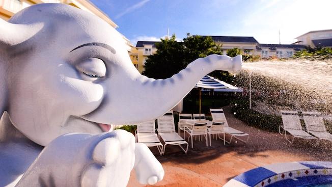 El elefante de la piscina Luna Park Pool y tumbonas en Disney's BoardWalk Inn