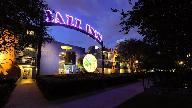 Jazz Inn section of Disney's All-Star Music Resort, iluminada por la noche