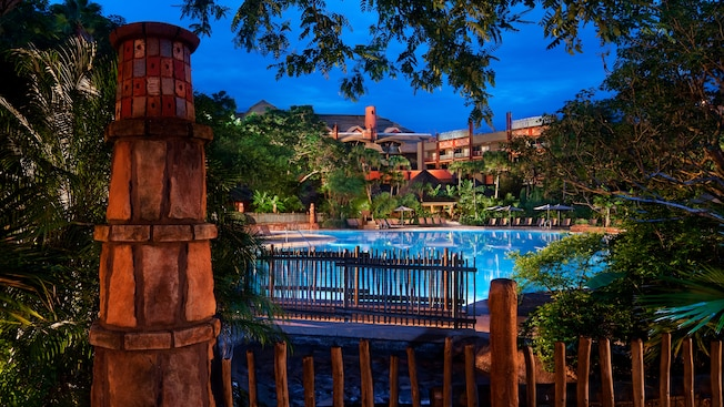 El área de la piscina Uzima de Disney's Animal Kingdom Lodge, iluminada por la noche