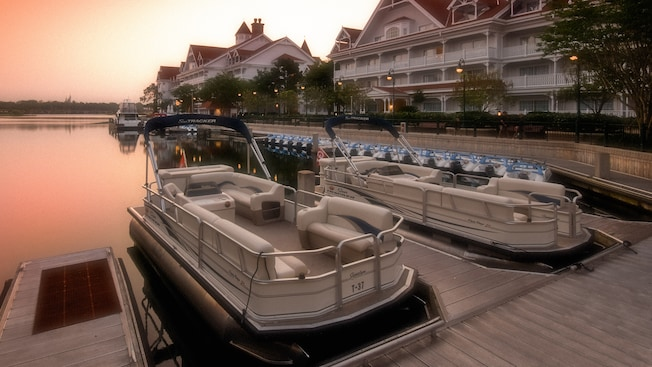 Embarcaciones atracadas en Disney's Grand Floridian Resort & Spa en la madrugada