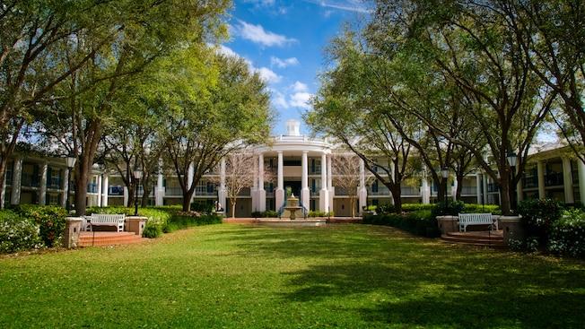 The exterior of the Magnolia Bend mansions at Disney's Port Orleans Resort – Riverside