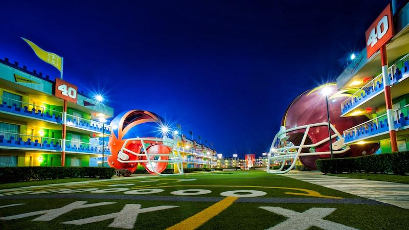Cascos gigantes y alojamiento en Disney's All-Star Sports Resort