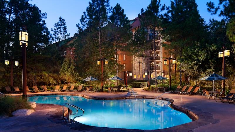 La Hidden Springs Pool en Disney's Wilderness Lodge, iluminada por la noche