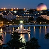 Disney's Beach Club Resort y Crescent Lake, iluminados de noche