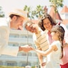 Un sympathique membre de l'équipe d'accueil serre la main d'une fille devant Disney'sGrand FloridianResort&Spa