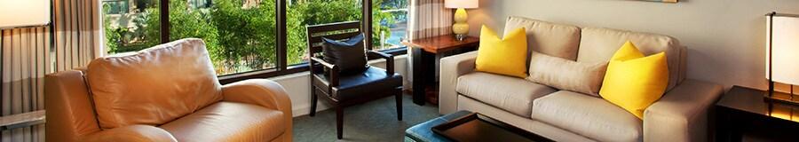 Uma sala de estar com vista do monotrilho