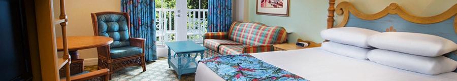 Habitación de hotel con cama, escritorio y porche.