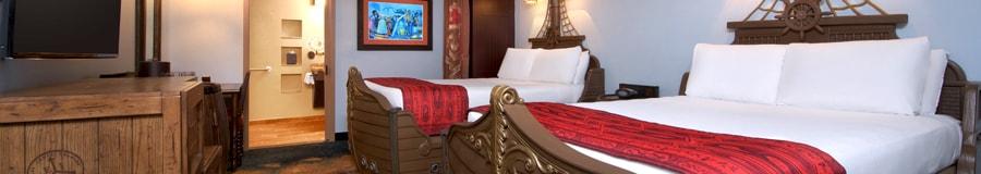 Une chambre au thème des pirates avec des lits en forme de bateau au Disney's Caribbean Beach Resort
