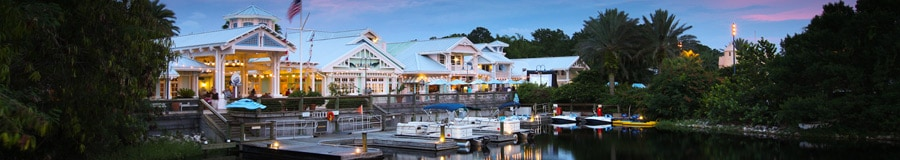 Botes atracados en Disney's Old Key West Resort por la noche