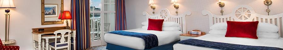 Uma cama king com uma cabeceira branca em frente a um sofá-cama