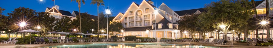 A fachada iluminada do Disney's Yacht Club Resort