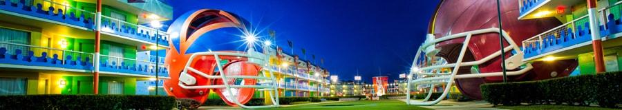 La cour illuminée sur le thème du football au Disney's All-Star Sports Resort présentant un casque géant