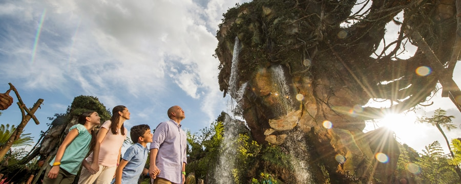 Una familia de 4 integrantes contemplan maravillados las majestuosas montañas flotantes en Pandora – The World of Avatar