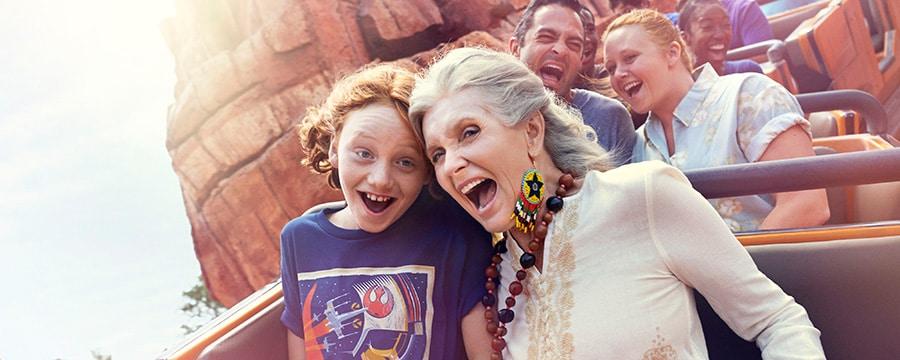 Une grand-mère et sa petite-fille hurlent de plaisir dans des montagnes russes du Walt Disney World