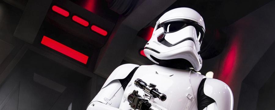 Un stormtrooper impérial tient son pistolet exploseur