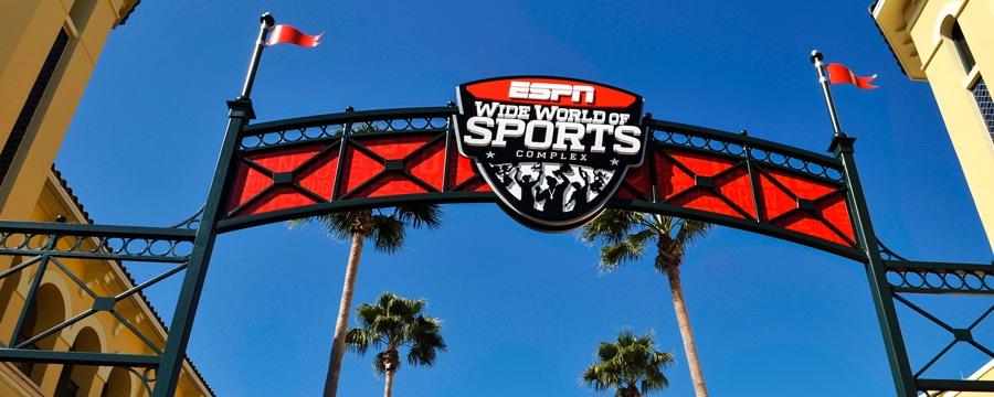 "Vista da placa da entrada que diz ""ESPN Wide World of Sports Complex"""