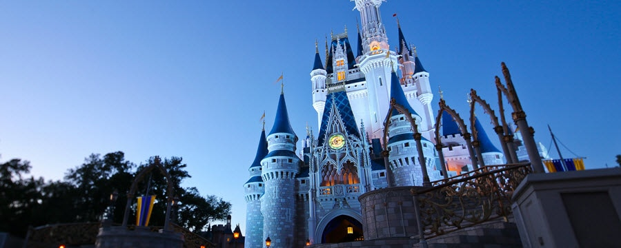 Le Cinderella Castle s'élevant dans le ciel du soir au-dessus du parc Magic Kingdom  au Walt Disney World Resort