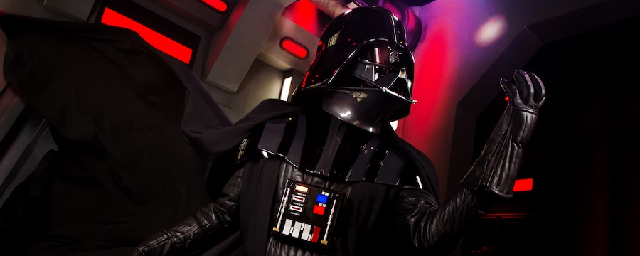 Darth Vader levanta el puño, amenazante, durante una experiencia de Star Wars en Disney's Hollywood Studios