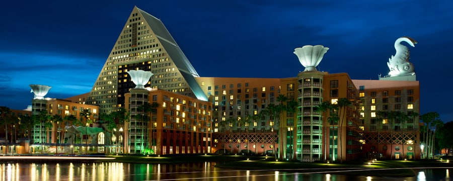 Uma vista do Walt Disney World Dolphin Hotel do Crescent Lake
