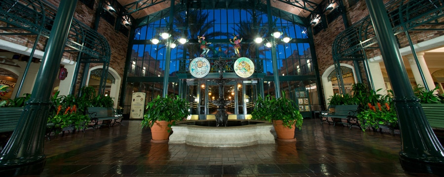 El vestíbulo de The Mint, el edificio principal de Disney's Port Orleans Resort – French Quarter
