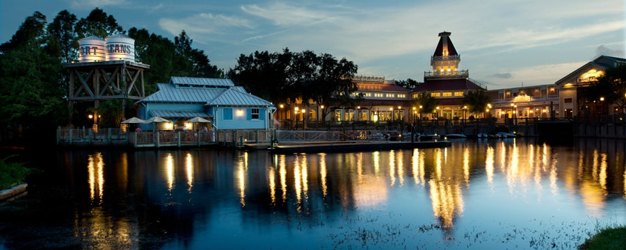Vista do rio Sassagoula do Disney's Port Orleans Resort – Riverside à noite
