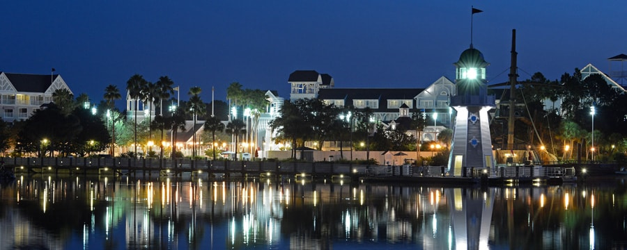 Vista panorâmica do Crescent Lake no Disney's Yacht Club Resort, iluminado à noite