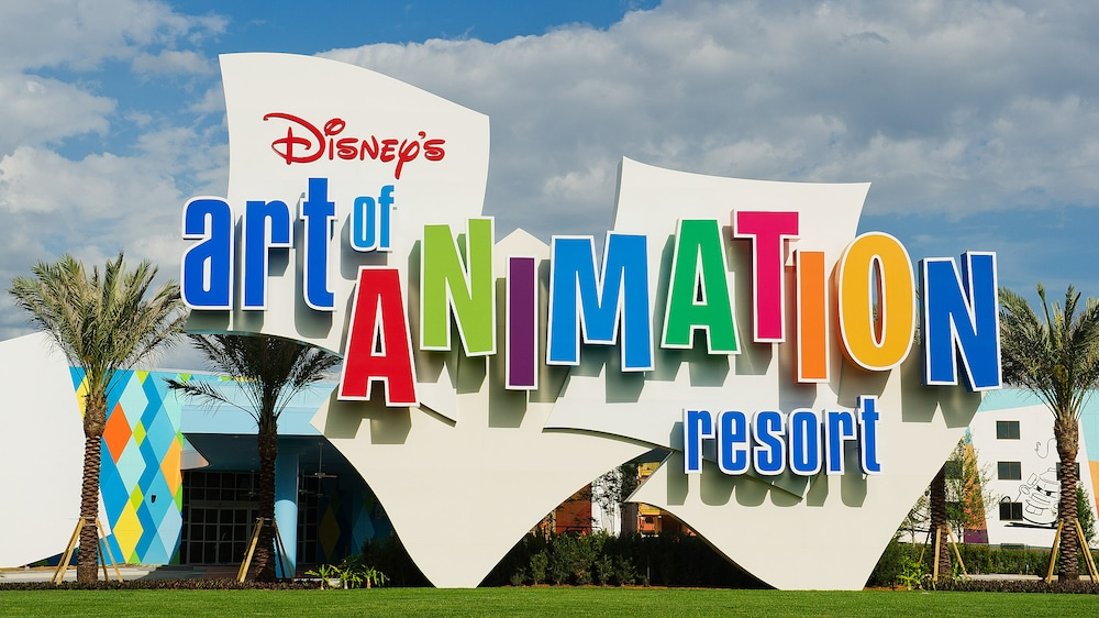 El colorido logotipo y exterior del edificio de Disney's Art of Animation Resort