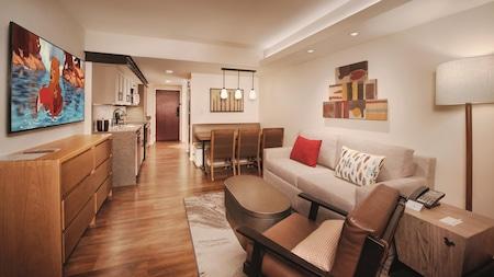 ソファーベッド、肘掛け椅子、収納付きコーヒーテーブル、ダイニングテーブル・セット、アクセント・ライト、アート、ドレッサー、薄型テレビ、ミニキッチンのあるリビングエリア